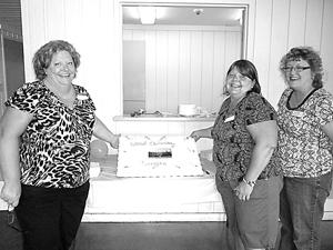 Reunion organizers Tammy Mitchell Lemke and Jan Flohr Huguenard and the commemorative Hillcrest Elementary School cake.